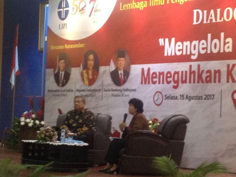 https: img.okezone.com content 2017 08 15 337 1756485 dialog-kebangsaan-lipi-sby-mari-kita-optimis-dan-membangun-indonesia-Ar6HP2ojrG.jpg