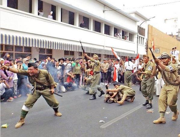 Hari kemerdekaan perjuangan 3 pahlawan merobek bendera for Dekor 17 agustus di hotel