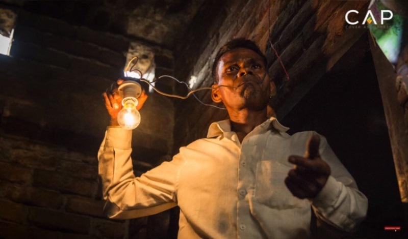 Naresh Kumar mengaku mengonsumsi listrik sebagai makanan sehari-hari (Foto: Cover Asia Press/Youtube)