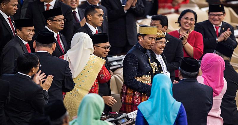 Presiden Joko Widodo dan Wakil Presiden Jusuf Kalla tampil mengenakan pakaian daerah. (Foto: Antara)
