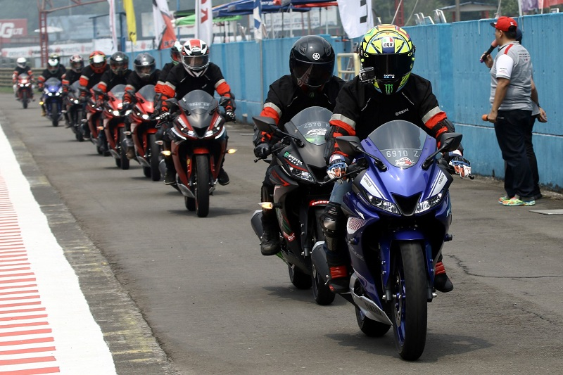 Lady Biker Ini Ceritakan Sensasi Mengendarai All New R15