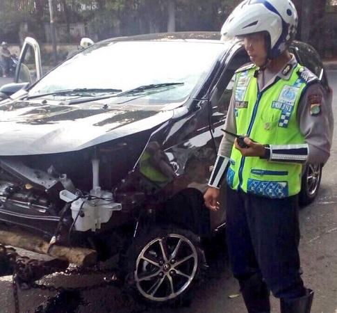 Bruk! Mobil Tabrak Pesepeda di Bundaran Pondok Indah Jaksel