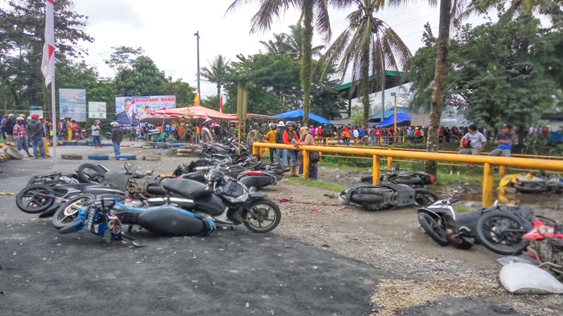 Sepeda motor dirusak massa di area PT Freeport Indonesia, Timika, Papua (Saldi/Okezone)