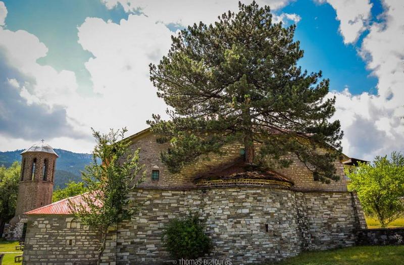 https: img.okezone.com content 2017 08 21 406 1760117 unik-gereja-ini-ditumbuhi-pohon-berusia-100-tahun-c2yxDCRRVt.jpg