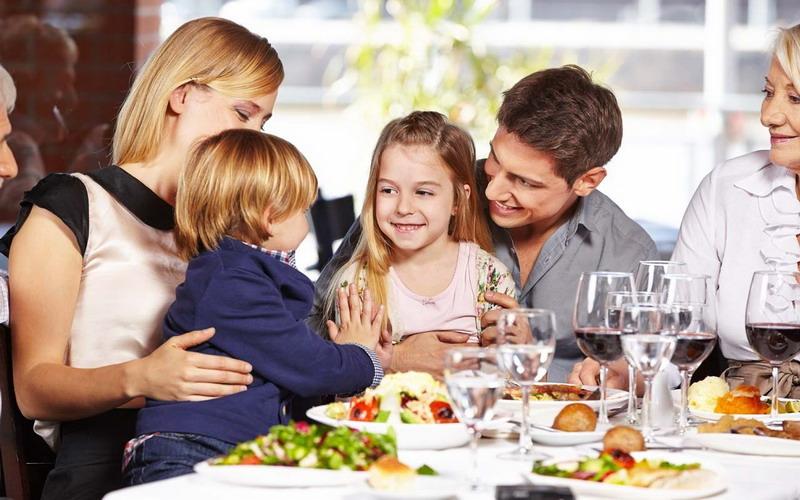 https: img.okezone.com content 2017 08 22 298 1760726 5-tips-cerdas-agar-anak-tidak-rewel-saat-makan-di-restoran-gsr6uldbuH.jpg