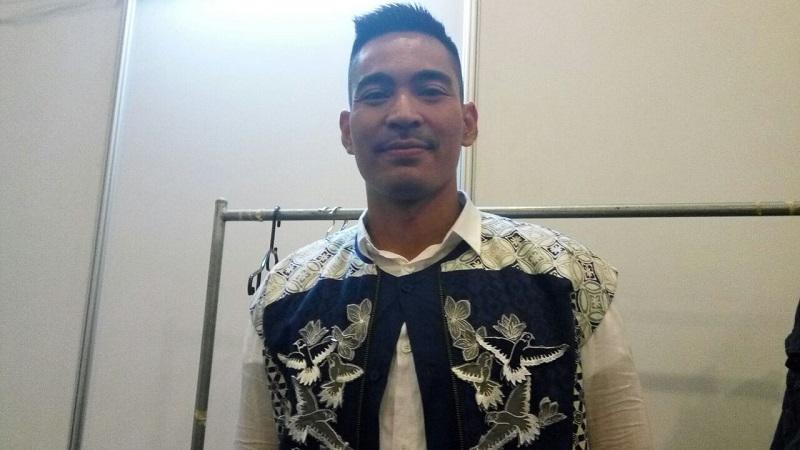 https: img.okezone.com content 2017 08 23 194 1761799 hut-rcti-28-memandu-kemeriahan-acara-robby-purba-kenakan-busana-biru-bernuansa-indonesia-3bumflAYks.jpg