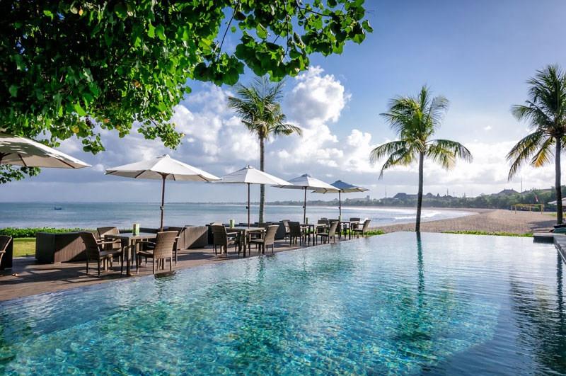 https: img.okezone.com content 2017 08 24 298 1762333 saat-liburan-di-bali-ajak-pasangan-bersantap-di-3-restoran-tepi-laut-suasananya-romantis-banget-ro4GU6bGwd.jpg