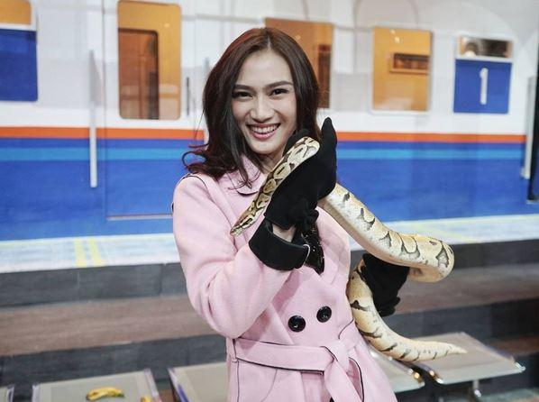 https: img.okezone.com content 2017 08 24 33 1762576 foto-pegang-ular-melody-jkt48-sindir-laki-laki-berbisa-ESXVlbM32V.JPG