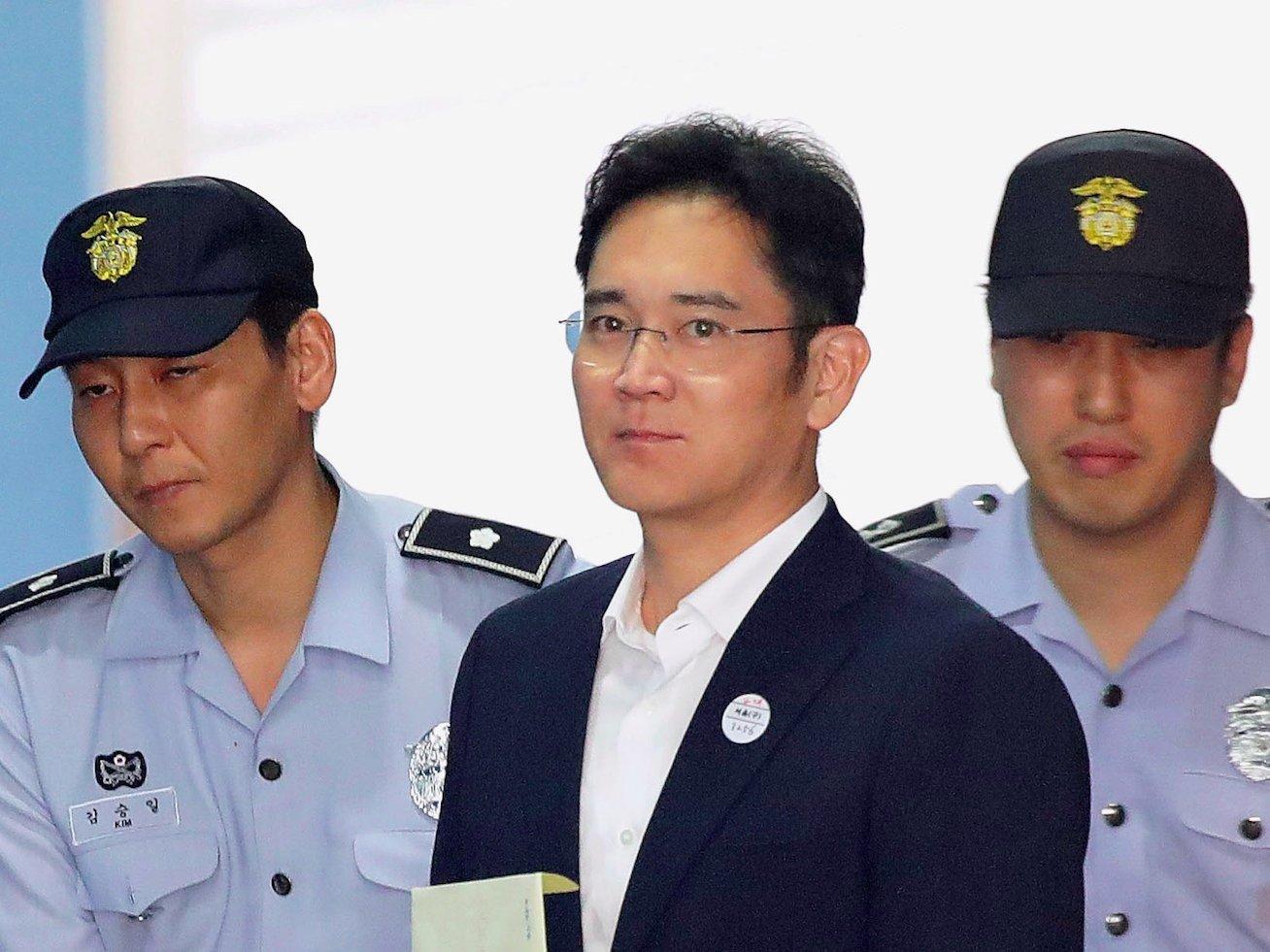 https: img.okezone.com content 2017 08 25 320 1763297 korupsi-bos-besar-samsung-divonis-penjara-5-tahun-tuhhWOK4Yz.jpg