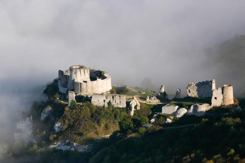 https: img.okezone.com content 2017 08 25 406 1763238 shareloc-jelajah-6-istana-terbengkalai-di-dunia-chateau-gaillard-paling-mempesona-qBgdxYLYXn.jpg