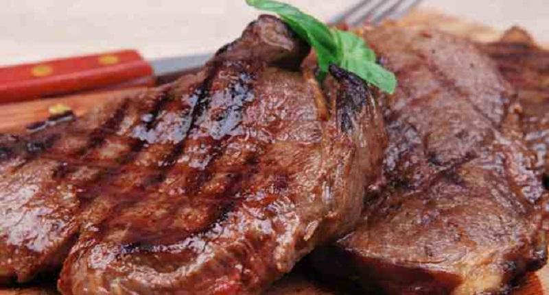 https: img.okezone.com content 2017 08 25 481 1762860 hati-hati-keseringan-makan-steak-daging-merah-bisa-memicu-kanker-Fcn0Vc5FOF.jpg