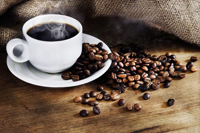 https: img.okezone.com content 2017 08 26 481 1763590 okezone-week-end-di-balik-manfaatnya-kopi-ternyata-menyimpan-risiko-kesehatan-yang-berbahaya-apa-saja-kgaMnHJW6g.jpg