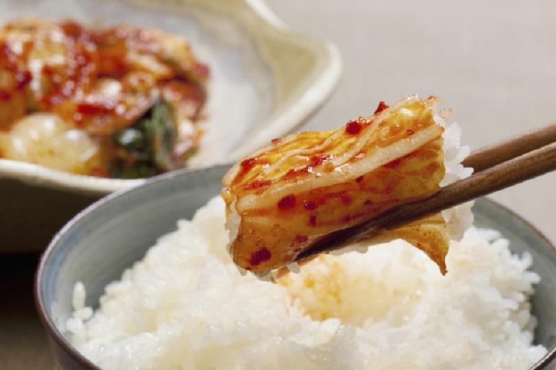 https: img.okezone.com content 2017 08 29 481 1765163 mantap-ternyata-konsumsi-kimchi-bisa-turunkan-risiko-penyakit-kulit-t8HTogVusp.jpg
