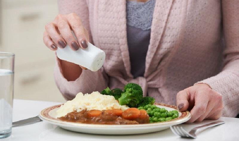 https: img.okezone.com content 2017 08 29 481 1765687 waduh-akibat-doyan-konsumsi-makanan-asin-risiko-gagal-jantung-meningkat-2-kali-lipat-WY0yKkWDCH.jpg