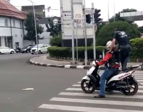 https: img.okezone.com content 2017 08 29 525 1765387 kocak-jok-motor-diinjak-penyeberang-jalan-gara-gara-berhenti-di-zebra-cross-Bk7QV1ftxq.JPG