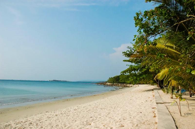 https: img.okezone.com content 2017 08 30 406 1766360 uncover-indonesia-wisata-ciputih-banten-pantai-perawan-pesonanya-setengah-mati-perjalanannya-LX5V81zFBm.JPG