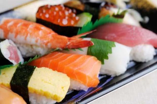https: img.okezone.com content 2017 08 30 481 1766256 ibu-hamil-sebaiknya-hindari-makan-sushi-ini-alasannya-xaFMqJKvmX.jpg