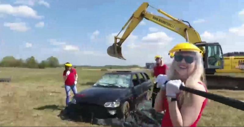 https: img.okezone.com content 2017 09 05 406 1769715 unik-menghancurkan-mobil-jadi-hiburan-populer-di-lithuania-kok-bisa-lNtddXZVYx.jpg