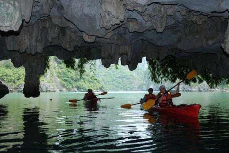 https: img.okezone.com content 2017 09 06 406 1770417 share-loc-caving-goa-rahasia-di-ha-long-bay-temukan-kecantikan-tersembunyi-dari-danau-turquoise-fVFnLUeeMs.JPG