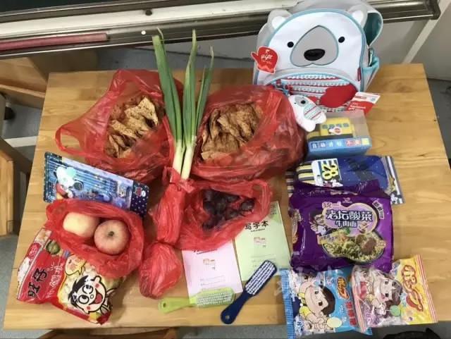 https: img.okezone.com content 2017 09 08 298 1771839 lucu-bukan-buku-hari-pertama-sekolah-bocah-ini-penuhi-tasnya-dengan-daun-bawang-hingga-pancake-3tneGdG9qU.jpg