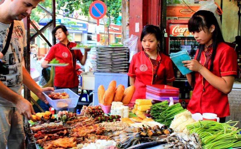 https: img.okezone.com content 2017 09 08 406 1771981 backpacker-diary-berburu-street-food-di-hanoi-ajang-kenalan-dengan-makanan-khas-dan-budaya-setempat-zaEflbaCPj.jpg