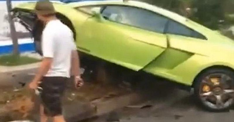 Lamborghini Gallardo dikendarai pria mabuk di China tabrak pohon (CEN)