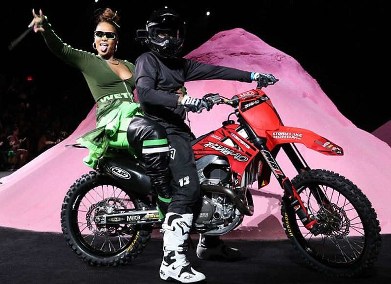 Rihanna muncul di panggung New York Fashion Week dengan dibonceng menggunakan sepeda motor trail (REX)