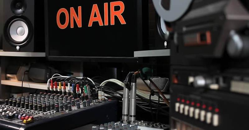 Tepuk Tangan! Slank hingga Endank Soekamti Ucapkan 'Selamat Hari Radio Nasional'