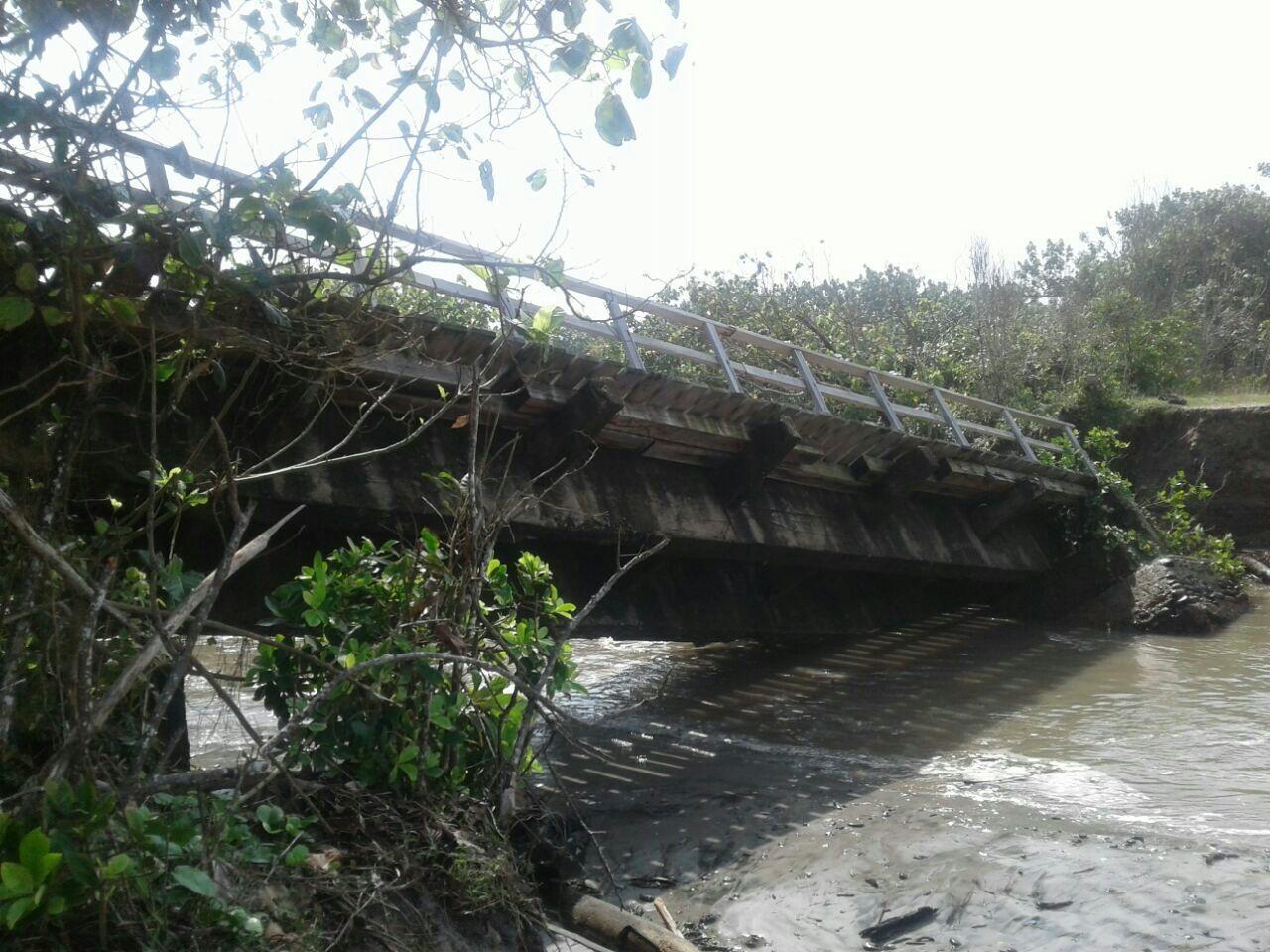 Jembatan di Ipuh, Mukomuko, Bengkulu ambruk akibat banjir (Demon/Okezone)