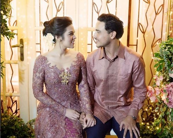 https: img.okezone.com content 2017 09 12 33 1774042 foto-heboh-pernikahan-raisa-hamish-dan-bella-emran-netizen-ngadu-ke-presiden-H92qXclO1G.jpg