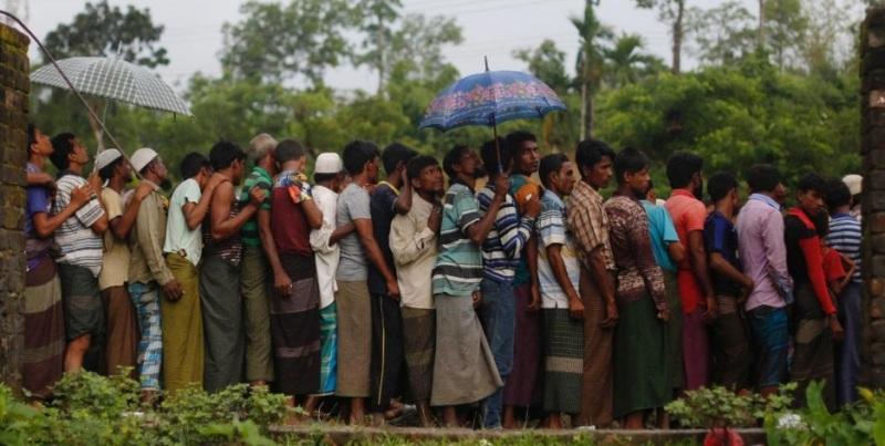Pengungsi Rohingya berbaris di kamp penampungan (Foto: Danish Siddiqui/Reuters)