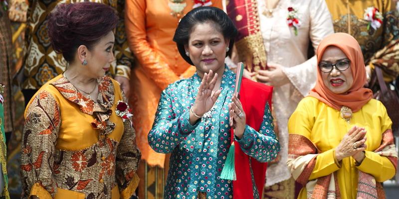 Ibu Iriana Joko Widodo tengah melambaikan tangan pada suat acara. (Foto: Antara)