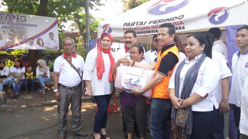 Penyerahan bantuan Rescue Perindo. (M Rizky/Okezone)