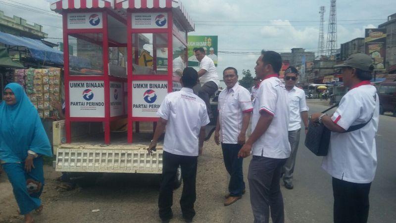 DPD Perindo Meringan bagikan lima gerobak gratsi ke pedagang (Foto: Nanang/Okezone)