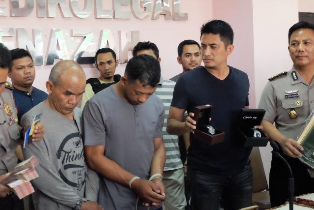 Polisi saat jumpa pers terkait pembunuhan dan perampokan Pasutri di Tanah Abang (foto: Taufik Budi/Okezone)