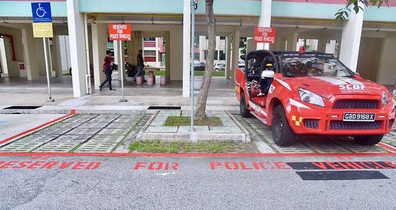 Area parkir di flat Presiden terpilih Singapura, Halimah Yacob, ditandai untuk kendaraan polisi. (Foto: Channel News Asia)