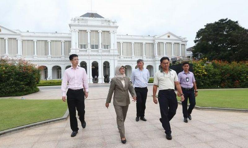 Presiden Singapura Halimah Yacob berkeliling istana sebelum mengucapkan sumpah jabatannya, Kamis (14/9/2017). (Foto: Koh Mui Fong/Today Online)