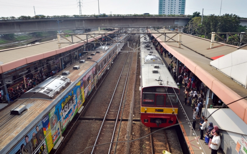 KRL Anjlok di Jakarta Kota, Penumpang Membeludak di Beberapa Stasiun