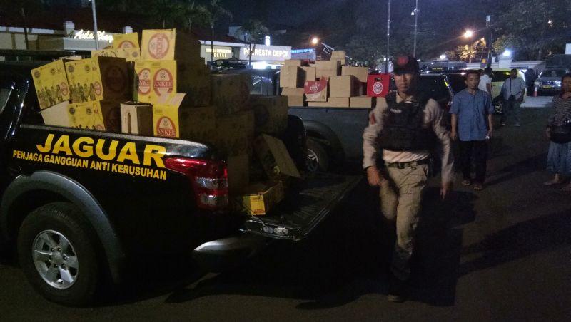 Tim jaguar saat mengamankan miras di beberapa titik Kota Depok (Foto: Apriyadi Hidayat/Okezone)