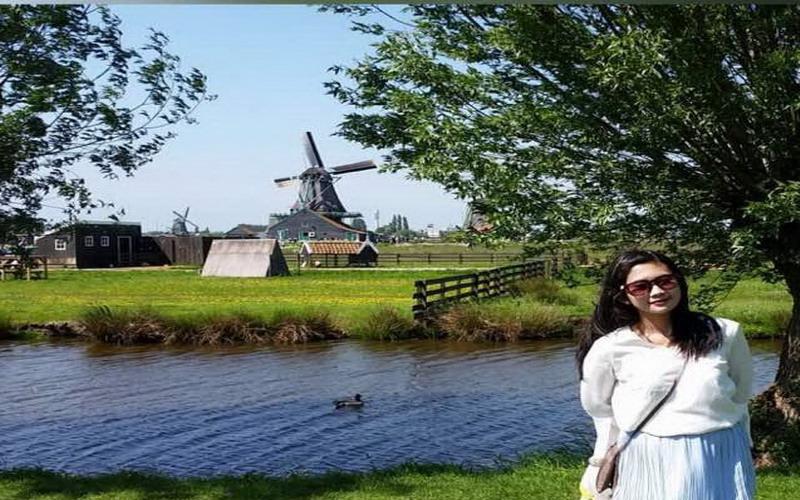 https: img.okezone.com content 2017 09 15 406 1776482 mengunjungi-kincir-angin-pabrik-keju-di-desa-tradisional-belanda-zaanse-schans-1-bersambung-rjZED5DGmu.jpg
