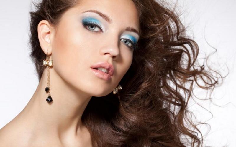 https: img.okezone.com content 2017 09 18 194 1777985 cantik-dengan-make-up-glamor-tanpa-terlihat-menor-5-inspirasi-bisa-dipraktikkan-evAuz5JUf3.jpg