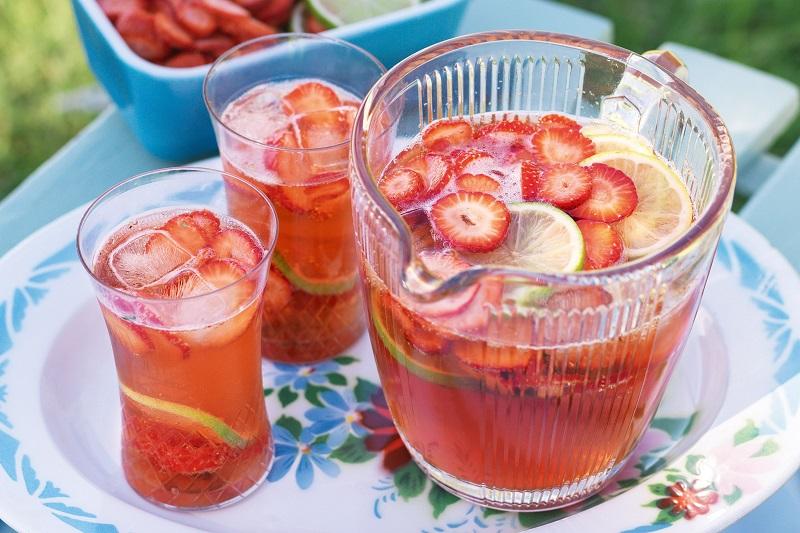 https: img.okezone.com content 2017 09 19 298 1779162 pop-sugar-kembalikan-semangat-dengan-2-minuman-segar-ini-resep-milky-fruit-punch-dan-es-buah-santan-Sew1nRbjCY.jpeg