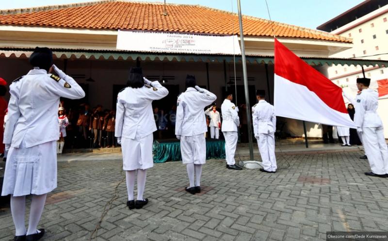 https: img.okezone.com content 2017 09 19 65 1778795 mantap-pemerintah-segera-berlakukan-nyanyi-lagu-indonesia-raya-tiga-stanza-secara-nasional-di-sekolah-EhkZvSGDNz.jpg