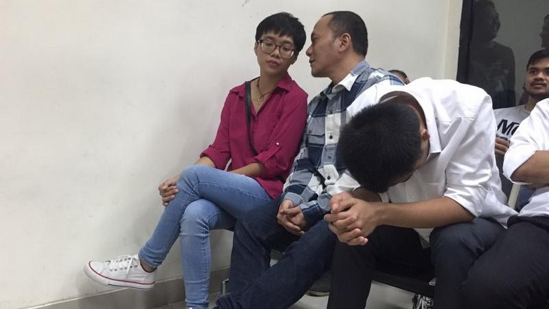 https: img.okezone.com content 2017 09 20 33 1779602 so-sweet-iwa-k-dan-istri-duduk-berdampingan-di-jelang-sidang-0XQxK3aIjk.jpg