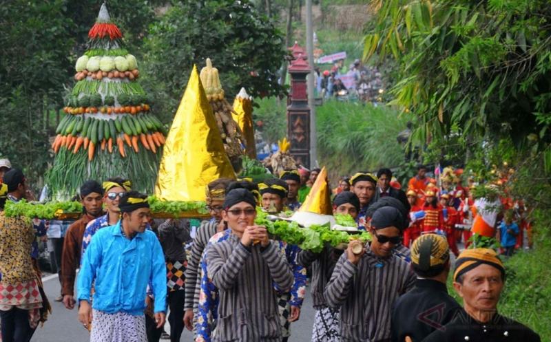 https: img.okezone.com content 2017 09 20 406 1780034 tahun-baru-islam-tradisi-unik-di-indonesia-saat-menyambut-1-muharram-aef8UMj7Xx.jpg