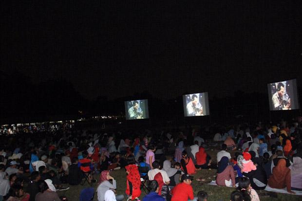 Ribuan Orang Lesehan Nobar Film G30S PKI di Markas