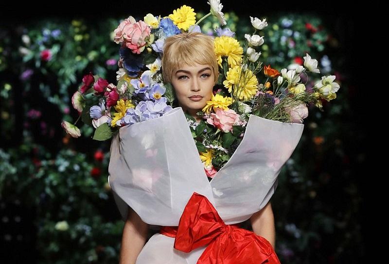 https: img.okezone.com content 2017 09 22 194 1780868 gigi-hadid-berubah-jadi-buket-bunga-raksasa-di-milan-fashion-week-2018-NYLbgo1dvj.jpg