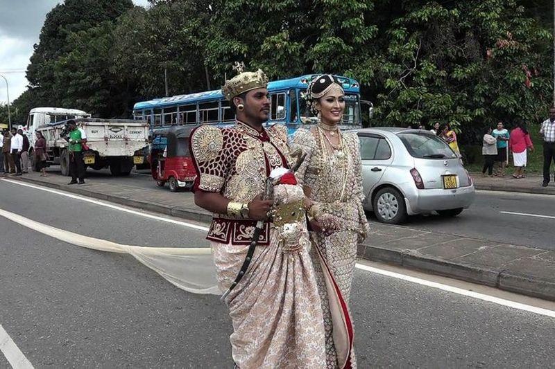 Sepasang pengantin di Sri Lanka diperiksa polisi akibat pesta pernikahan. (Foto: AFP)