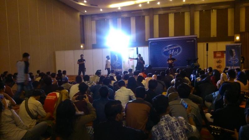 https: img.okezone.com content 2017 09 23 598 1781641 patah-kaki-tak-hentikan-semangat-raya-silaban-ikut-big-audition-indonesian-idol-di-medan-py3AIfIEdc.jpg
