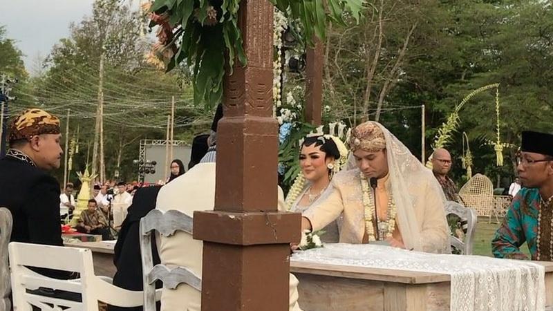 https: img.okezone.com content 2017 09 24 33 1781844 penuh-makna-ini-arti-mas-kawin-rp2-392-017-di-pernikahan-vicky-shu-dan-ade-imam-Qt9ncOg4RX.jpg